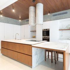 #kitchentop #dektonaura #halmannvella Kitchen Tops, Conference Room, Table, Furniture, Design, Home Decor, Meeting Rooms, Interior Design, Design Comics