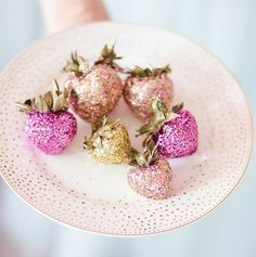 Chocolate covered strawberries with edible glitter Sparkle Party, Glitter Party, Sparkle Wedding, Glitter Bomb, Pink Glitter, Glitter Slime, Glitter Eyeliner, Glitter Force, Glitter Dress
