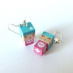 Boucles d'oreilles poupées cubiques madammag turquoises et roses têtes de mort blanches.