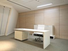 CEO white office desk / ORDER NOW FROM SPACEIST