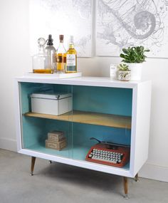 Painted Vintage Sideboard Before and After - visual heart creative studio Diy Leather Furniture, Repurposed Furniture, Vintage Furniture, Painted Furniture, Diy Furniture, Mid Century Modern Bookcase, Mid Century Modern Furniture, Console Vintage, Vintage Bar