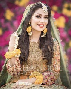 Discover thousands of images about (notitle) - Mehndi - Pakistani Wedding Hairstyles, Mehndi Hairstyles, Pakistani Wedding Outfits, Bridal Outfits, Indian Outfits, Pakistani Mehndi Dress, Bridal Mehndi Dresses, Bridal Dress Design, Pakistani Wedding Dresses