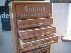Middelhoge kast voor naaigaren Amann. Mooie kast met 10 lades met allemaal vakjes waar vroeger het naaigaren uit verkocht werd. 140cm hoog Alles nog origineel en in goede staat