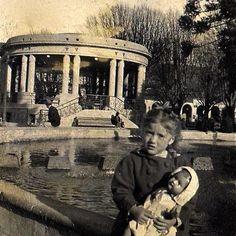 Mi madre Nancy Montoya de aproximadamente 7 años y su muñeca, en la plaza de armas de la ciudad de Concepción en 1944.... Couple Photos, Grande, Historical Photos, Antique Photos, Cities, Fotografia, Earth, Couple Shots, Couple Photography
