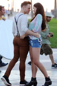 Tight jeans on him, high shorts on her. How incredibly sexy / Olly Murs Superenge Jeans, Olly Murs, Skinny Fashion, Hunks Men, Do Men, Pretty Men, Beautiful Men, Super Skinny Jeans, Jean Outfits