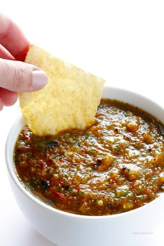 Roasted Tomato Salsa -- Roasted tomatoes and onions, and fresh cilantro give this easy to make salsa so much awesome flavor! Roasted Salsa Recipe, Roasted Tomato Salsa, Tomato Salsa Recipe, Roasted Tomatoes, Mexican Dishes, Mexican Food Recipes, Vegetarian Recipes, Healthy Recipes, Vinaigrette