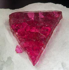 Spinel (mit Calcit) MgAl & sub2; O4 4.BB.05 Spinel-Gruppe 4: Oxides (Hydroxiden, V [5,6] Vanadate, Arsenite, antimonites, bismuthites, Sulfite, Selenite, Tellurite, Iodate) B: Metall: Sauerstoff = 3: 4 und ähnliche B: Mit nur mittel- Große Kationen