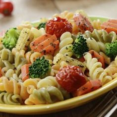 A világ legfinomabb tésztasalátája roppanós zöldségekkel - Recept Easy Pasta Salad, Pasta Salad Recipes, Healthy Salad Recipes, Sausage Recipes For Dinner, Italian Sausage Pasta, Salads For A Crowd, Tomato Relish, Salad Sauce, Broccoli Salad