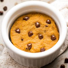 Pumpkin Chocolate Chip Mug Cake. Chocolate chip pumpkin cake that's ready in just 10 minutes! The perfect guilt-free fall treat! Healthy Meals For Two, Easy Healthy Dinners, Healthy Baking, Easy Dinner Recipes, Dessert Recipes, Healthy Kids, Chocolate Chip Mug Cake, Pumpkin Chocolate Chips, Chocolate Recipes