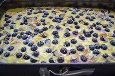 Einfacher Blechkuchen mit Schmand und Blaubeeren Simple sheet cake with sour cream and blueberries Blueberry Cake, Blueberry Recipes, Cake Recipes, Snack Recipes, Dessert Recipes, Torte Au Chocolat, Sour Cream Cake, Easy Smoothie Recipes, Pumpkin Spice Cupcakes