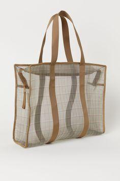 Ternet taske i mesh - Mørk beige/Ternet - DAME Beach Bag Essentials, Retail Bags, Sacs Design, Leather Workshop, Dark Beige, Clear Bags, Gym Bag, Reusable Tote Bags, Monogram