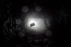 Una grúa saca a mineros fuera de una mina de 300 pies de profundidad en Jaintia Hills, La Inidia / A crane lifts miners out of a 300ft deep mine shaft in Jaintia Hills, India (Daniel Berehulak/Getty Images)