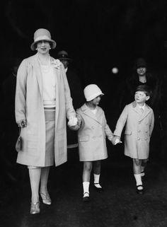 Regele Mihai (prima domnie, 20.7.1927 – 8.6.1930) ) şi Regina Mamă Elena.