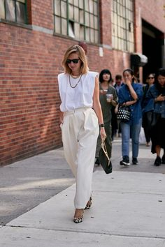 I Wear White T-Shirts Constantly—These are My Favorite Outfit Ideas Casual Street Style, Preppy Style, Pantalon Slouchy, White Tshirt Outfit, Fashion Pants, Fashion Outfits, White Summer Outfits, Warm Weather Outfits, Muscle Tees