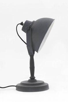 De tafellamp Urban vintage grijs van Urban Interiors is een strakke en tijdloze lamp voor elk interieur. #tafellamp #bureaulamp #industrieel #stoer #metaal #grijs
