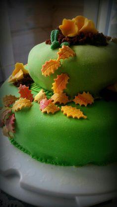 Syksyinen täytekakku. Suklainen kakku mansikkamoussetäytteellä.