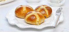 Bułeczki z krzyżykiem / Hot cross buns - przepis - I Love Bake Hot Cross Buns, Pretzel Bites, Hamburger, Sweets, Bread, Baking, Food, Gummi Candy, Patisserie