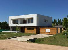 Casa 380mc Garage Doors, Shed, Outdoor Structures, Outdoor Decor, Projects, Home Decor, Verandas, Arquitetura, Houses