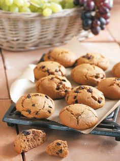 Gently spicy and very aromatic, they aren't too sweet and can keep for weeks in a tin. Greek Desserts, Greek Recipes, Brownie Cookies, Raisin, Cookie Recipes, Biscuits, Spicy, Muffin, Sweets