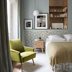 """<p style=""""text-align: justify;"""">Conçue sur mesure dans le tissu """"Philmore"""", coll. Céladon de Larsen, la tête de lit est coordonnée au cache-sommier. Table de..."""