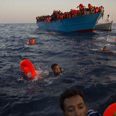 Alcuni migranti - soprattutto provenienti dall'Eritrea - si sono buttati in acqua da una barca sovraccarica, mentre altri vengono soccorsi da una ONG, a circa 13 chilometri da Sabrata, nel mar Mediterraneo