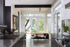 Rénovation de cuisine contemporaine. Pour les armoires de cuisine, les clients ont opté pour un mariage de merisier laqué placage de bois de rose.