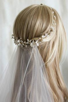 42 Dreamy Wedding Hairstyles With Veil Not all bridal hairstyles work well with the veil. So you definitely need to see our trendy collection of wedding hairstyles with veil. Half Up Wedding Hair, Vintage Wedding Hair, Wedding Hair And Makeup, Bridesmaid Hair Half Up, Headpiece Wedding, Wedding Veils, Bridal Headpieces, Wedding Bride, Wedding Dresses