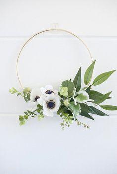 Modern mini anemone wreath by Mod Sugar Design (via Etsy). Deco Floral, Arte Floral, Simple Christmas, Christmas Wreaths, Spring Wreaths, Modern Christmas, Beautiful Christmas, Modern Wreath, Deco Nature
