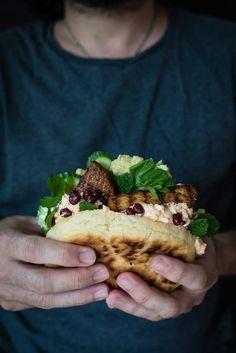 pfannen-pita-brote, gefüllt mit orientalisch eingelegten veggie frikadellen…
