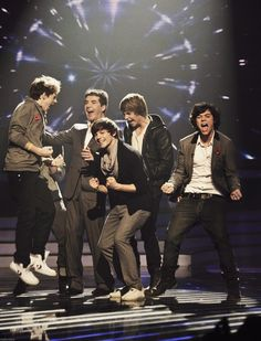 How can you not pin this? And of course Niall is jumping like he always does! :)