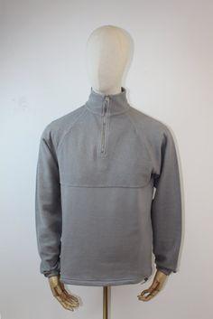 Les Basics Le Zip Sweatin Grey. - Long sleeve - 1/4 zip neck - Raglan sleeves - Adjustable hem - Made in Portugal