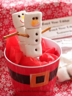 Easy Christmas Party Favor: Build Your edible snowman Kit - Perfect for your party or for your xmas gatherings! The kids will be entertained with building their snowman and then eating it.  FREE printable for kit!