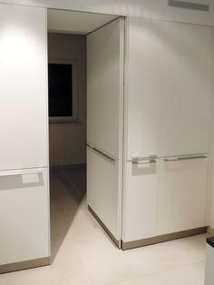 weiße Küche Durchgang Vorratsraum
