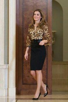 Falda de lapiZ negra y blusa animal print