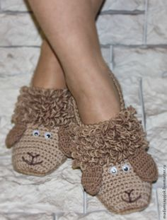 Adapt for baby! No pattern but looks simple enough Crochet Sole, Crochet Waffle Stitch, Crochet Art, Crochet Patterns, Knitted Booties, Crochet Baby Booties, Crochet Slippers, Knitted Baby Clothes, Crochet Clothes