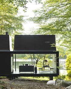 Stěny společenského prostoru jsou záměrně celé prosklené,a by si obyvatelé domku mohli do sytosti užívat kontaktu s okolní přírodou.