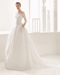 Robe de mariée de couture avec corsage en dentelle et jupe en organdi. Collection Rosa Clará 2017.