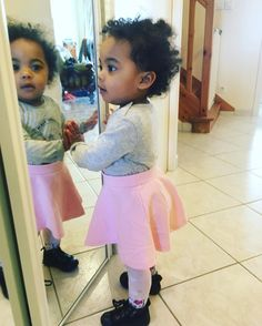 So #cute, la petite de @delacouleurdansnosvies porte une superbe #jupe #patineuse #babou ! #layette