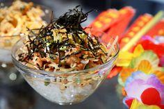Κρυφοκοιτάξαμε στην κουζίνα του Poké Hawaiian Sushi, του νέου street food-άδικου του αθηναϊκού κέντρου που κάνει σερφ στον αφρό των κυμάτων και διέπρεψε στο Athens Street Food Festival. Aloha! Places To Eat, Japchae, Food Festival, Ethnic Recipes