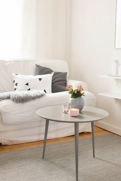 A grey coffee table looks great with pastel decoration. #mycs #makeityours #furnituredesign 3 herbstliche Dekoideen für den Tisch | Maditas Haus | Lifestyle und Interior Blog