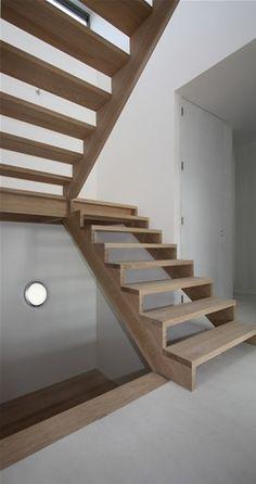 houten trap met bordes