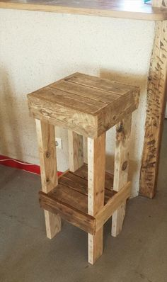 DIY Reclaimed Pallet Stool for the Best Sitting 99 Pallets - Pallet ideas Wooden Pallet Projects, Wooden Pallet Furniture, Wooden Decor, Wooden Pallets, Wooden Diy, Pallet Ideas, Diy Furniture, Palette Furniture, Pallet Designs