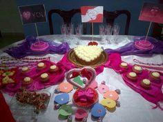 Cupcake red velvet  exibida en mesa de San Valentin.
