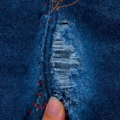 10 simple sewing hacks you should know. 10 simple sewing hacks you should know.Sewing hacks: How to sew a narrow hem with chiffon fabric / video sewing tutorialSewing hems on chiffon and other Sewing Basics, Sewing For Beginners, Sewing Hacks, Sewing Tutorials, Sewing Tips, Video Tutorials, Diy Clothes And Shoes, Diy Clothes Videos, Sewing Jeans