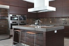 We went for dark wood kitchen designs, and the offer is diversified, so you can pick some of these according to what you wish for for your new kitchen, either built from scratch or that overdue kitchen remodel you have been saving for. Go modern, rustic or minimalist and contemporary, and your kitchen will look great according to our books but remember you have the last saying. The most important part is that among these dark wood kitchen designs you find the kitchen you have been looking… Dark Brown Kitchen Cabinets, Kitchen Cabinets Pictures, Clean Kitchen Cabinets, Dark Wood Kitchens, Dark Wood Cabinets, Brown Kitchens, Kitchen Photos, Kitchen Backsplash, Polyvore Outfits