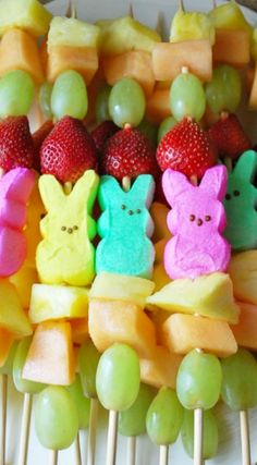 Easter Peep Fruit Kabobs ~ These fruit kabobs are a great alternative to sugary sweets and candy. Not to mention, they are super easy!!