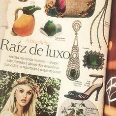 Mais um pouco de Bibiana Paranhos no especial Vogue Noiva, desta vez com um brinco lindíssimo estilo Art Déco com esmeralda. Adoramos!  #vogue #clipping #voguenoiva #bibianaparanhos #jewellery