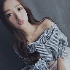 在YesStyle.com 購買 '氣質淑女 品牌 – 露肩蝴蝶結領條紋襯衫', 多買符合優惠的 中國 產品,即可享受免郵費快遞服務!