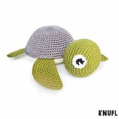 Na het roze schildpadje, ook een schildpadje in stoere kleuren. #knufl#amigurumi#schildpad#haken#hakeniship#hakeln#hækle#virka#crochet#orgu#cute#photooftheday#handmade#madewithlove#babyboy#kraamcadeau#etsy#etsynl