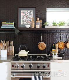 In her own kitchen, designer Danielle Nicholas Bryk added a layer of texture with a wall of snake skin-patterned tiles by Walker Zanger. Kitchen Shelf Decor, Kitchen Dinning, Kitchen Shelves, Black Backsplash, Kitchen Backsplash, Unfitted Kitchen, Open Kitchen, Mid Century Modern Kitchen, Decorating Small Spaces